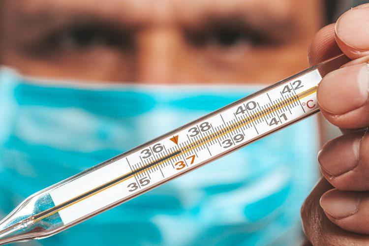 Сколько держится температура при коронавирусе и почему так долго